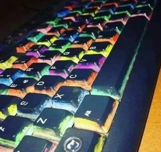 Keyboard RGB rasa kearifan lokal ini bikin warganet geli. (Facebook/ Megamin)