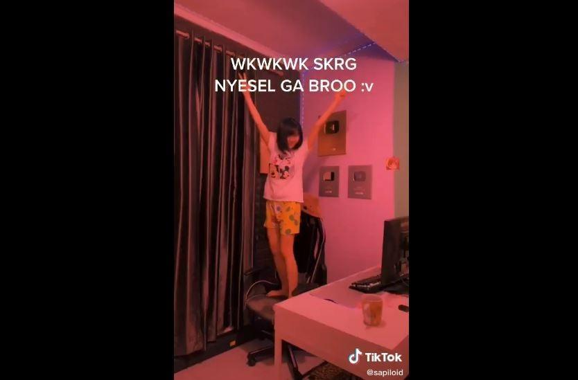 Sarah Viloid menari di depan YouTube Gold Play Button dan penghargaan lainnya. (TikTok/ sapiloid)