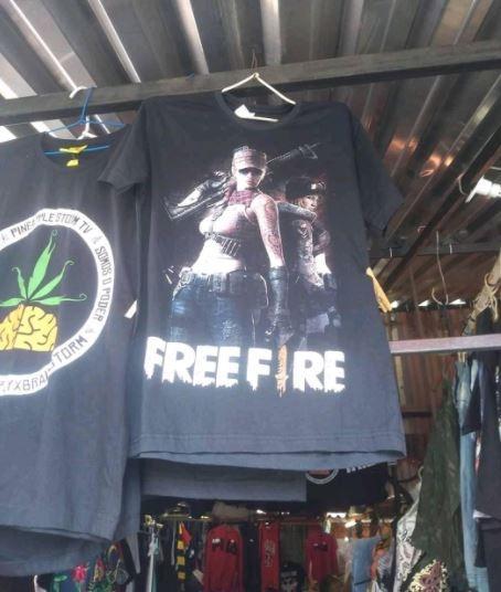 Kaos ''Free Fire'' ini bikin netizen salfok. (Facebook/ Ardi via Persatuan OP WARNET indonesia)