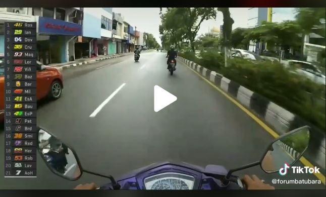 Parodi MotoGP dengan rasa kearifan lokal ini sukses bikin netizen geli. (TikTok/ @forumbatubara)