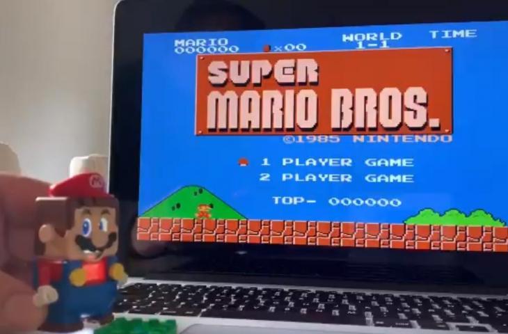 Lego Mario jadi kontroler game Super Mario Bros. (Twitter/@r1ckp)