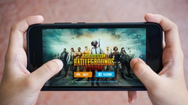 Game PUBG mobile sedang dimainkan di sebuah ponsel pintar. [Shutterstock]