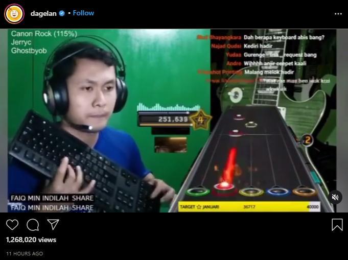 Pria main Guitar Hero pakai keyboard komputer. (instagram/dagelan)