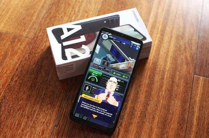 Samsung Galaxy A12 memainkan TV Empire Tycoon. (Samsung)
