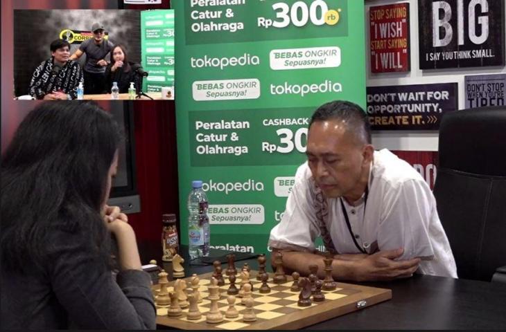 Pak Dadang Subur melawan Irene Sukandar. (YouTube/ Deddy Corbuzier)