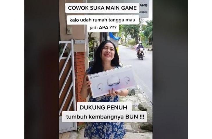 Wanita yang dukung pasangannya bermain game ini bikin netizen salfok. (TikTok/ @titi__swasti)