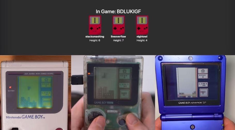 Tetris di Game Boy ini bisa dimainkan secara online. (YouTube/ stacksmashing)